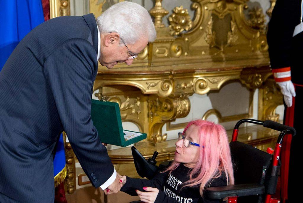 Presidente-Sergio-Mattarella-consegna-l'onorificenza-di-Cavaliere-dell'OMRI-a-Ilaria-Bidini
